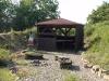 Grillhütte mit Grill und Feuerstelle