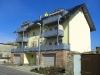 Haus mit Balkonen und Garagen