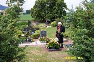 meine Mutter am Grab von Bärbel