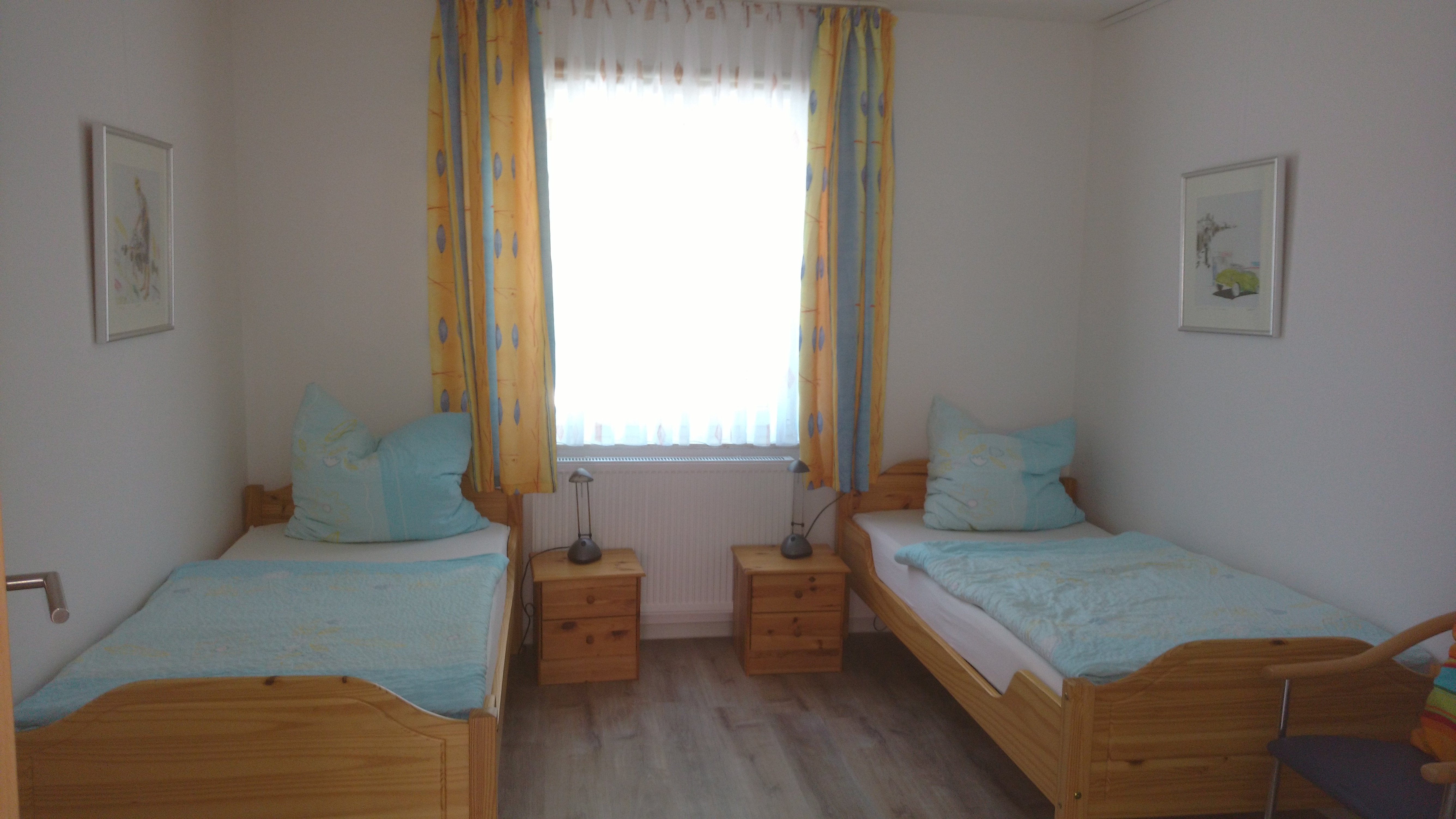 Schlafzimmer mit zwei Einzelbetten in der Fewo Bennungen