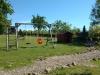 Kinderspielplatz mit Schaukel und Spielhaus