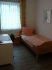 Das Schlafzimmer mit Einzelbett und Schreibtisch der Fewo Roßla